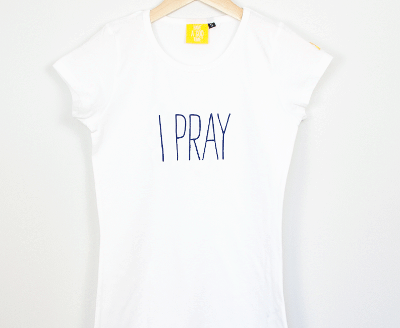 """I PRAY"" Camiseta fit blanca"