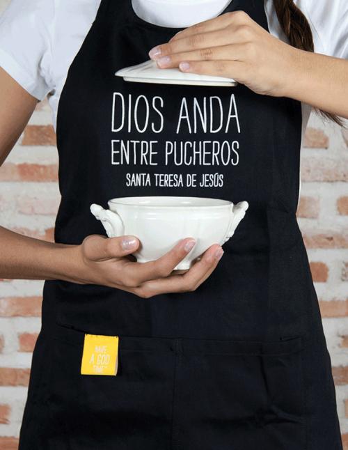 """DELANTAL NEGRO DE COCINA """"DIOS ANDA ENTRE PUCHEROS"""""""